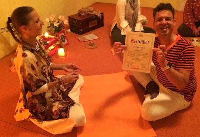 Überreichung Yogalehrerzertifikat Günter Fellner, Yogalehrerl