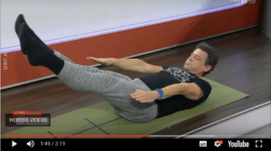 Pilates im TV. Präsentieren einer Pilatesübung im Frühstücksfernsehen.